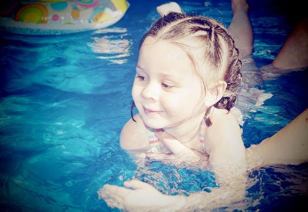 Pool bans parents using mobile phones