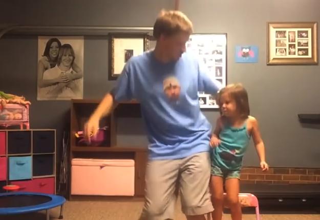 nella foto il papà e la figlia ballano