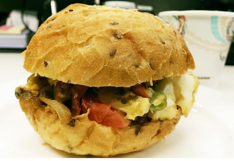 Scrambled egg vegetarian burger