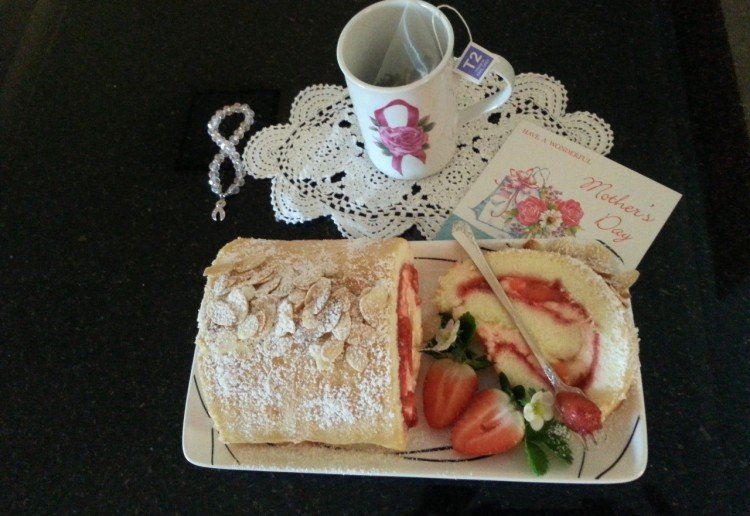 Gran's strawberry roulade