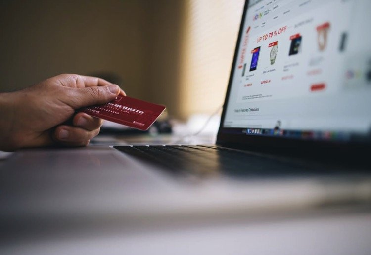 How to manage your credit card debt over the spending season