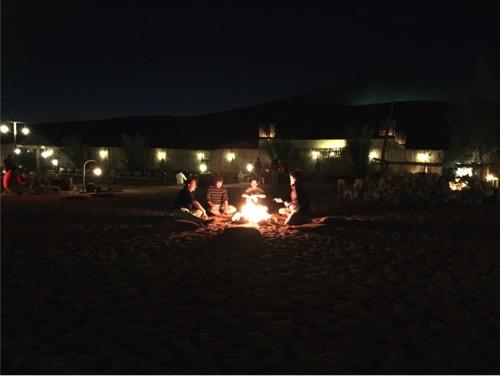arabian-adventures-dubai_14_sitting-around-the-camp-fire
