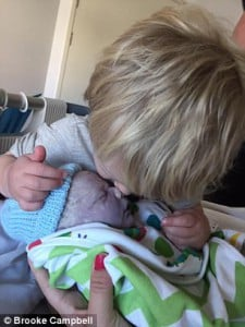 45364A3B00000578-4965188-Little_Noah_planted_a_kiss_on_his_baby_brother-a-160_1507700363634